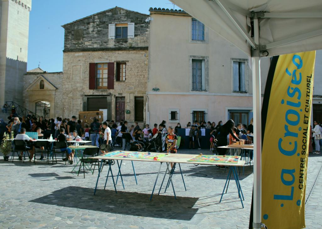 Animations de rue organisées par le centre social et culturel de Saint Gilles sur la place de l'Abbatiale.